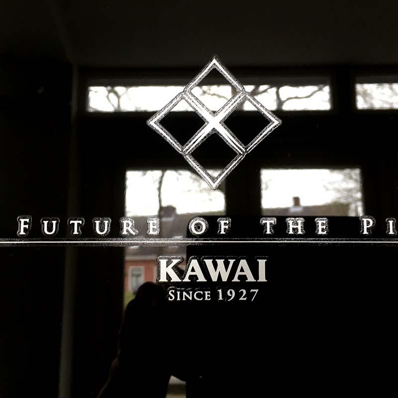 Kawai K200 chroom logo