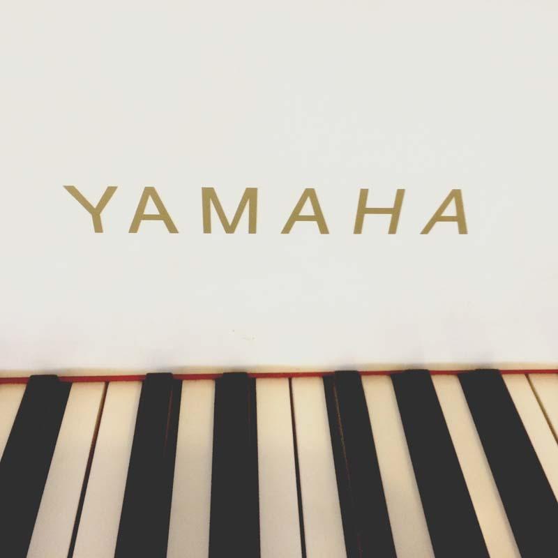 Yamaha G2 wit letters en toetsen