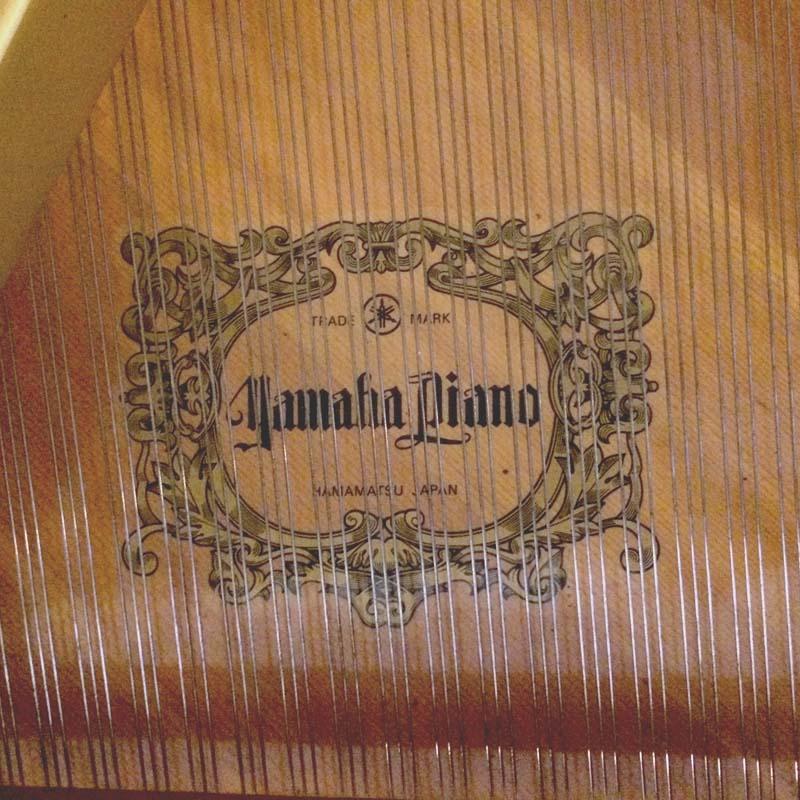 Yamaha G2 wit merk op zangbodem